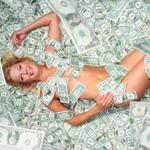 Аватар Обнаженная девушка лежит на долларовых купюрах