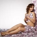 Аватар Обнаженная девушка в туфлях сидит на купюрах прислонившись к стене из купюр прижимая деньги к груди