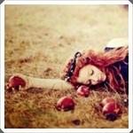 Аватар Рыжеволосая девушка лежит на траве в окружении красных яблок