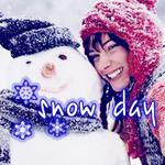 Аватар Девушка в красной шапке усыпанной снегом обнимает снеговика в синей шапке и улыбается (snow day)