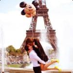 Аватар Девушка с мужчиной целуются на фоне фонтанов и Эйфелевой башни / The Eiffel Tower, девушка держит шарики в виде Микки Мауса, Париж / Paris