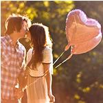 Аватар Девушка с мужчиной целуются, держа в руках два воздушных шара в виде сердец