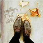 99px.ru аватар Ноги рядом с которыми лежат листья