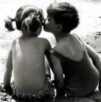 Аватар Маленький мальчик целует маленькую девочку в щеку