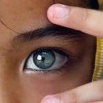 Аватар Девочка держит пальцы возле глаза
