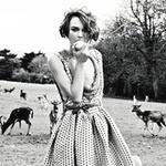 Аватар Актриса Keira Knightley / Кира Найтли ест яблоко на фоне стада оленей на природе