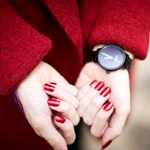 Аватар Женские руки с красным маникюром в часах