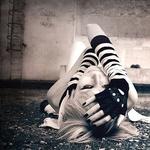 Аватар Девушка, лежит на земле, обхватив голову руками
