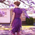 Аватар Девушка в фиолетовом платье, возле цветущего дерева