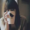 Аватар Девушка держит в руке чашку, на которой изображена птица
