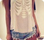 Аватар Девушка в джинсовых шортах и майке, на которой изображены ребра