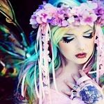 Аватар Готичная девушка с прозрачными крыльями и венком из цветов на голове