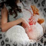 Аватар Беременная девушка сидит на диване с плюшевым мишкой