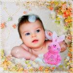 Аватар Маленький ребенок лежит в перьях и цветах с розовым зайцем