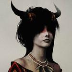 Аватар Рогатая девушка - демон с ожерельем из перьев на шее и красной полосой на глазах