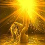 Аватар Русалка, находясь в воде, держит солнце над головой