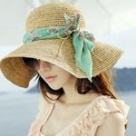 Аватар Девушка брюнетка в соломенной шляпе и темных очках наклонила голову на фоне морского берега