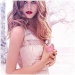 Аватар Модель Frida Gustavsson / Фрида Густавссон с флаконом духов в форме розового яблока из рекламы парфюма Nina Ricci / Нина Ричи