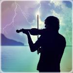 Аватар Силуэт мужчины, играющего на скрипке, на фоне грозового неба и моря