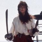 Аватар Пиратка Морган Адамс в исполнении Джины Дэвис из фильма Остров головорезов / Cutthroat Island (1995 года), в правой руке - сабля, в левой - кинжал, на заднем фоне - небо и кормовой корабельный фонарь