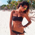 Аватар Девушка на пляже в черном купальнике