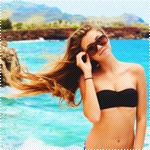 99px.ru аватар Русоволосая девушка в очках и черном купальнике на фоне моря и гор