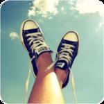 Аватар Ножки в кедах на фоне неба