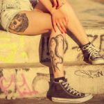 Аватар Девушка с тату на ногах, в джинсовых шортиках и кедах, сидит на ступеньках