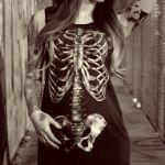 Аватар Девушка в платье со скелетом и с тату на руках идет по улице города