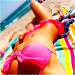 Аватар Девушка в розовом купальнике лежит на пляже и загорает