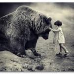 Аватар Девочка гладит медведя по голове