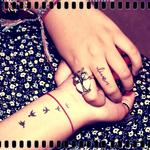 Аватар Руки девушки с тату в виде птиц и надписи live / жить и с кольцом в виде совы