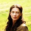 Аватар Девушка с каштановыми волосами на фоне зеленой травы