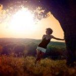 99px.ru аватар Девушка стоит у дерева на фоне рассвета