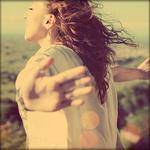 Аватар Девушка стоит на ветру, раскинув руки