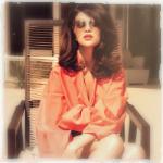 Аватар Актриса и певица Selena Gomez / Селена Гомес сидит в кресле на фоне дома
