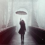 Аватар Девушка с зонтом идет по мосту