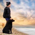 Аватар Мальчик с черной собакой на берегу моря