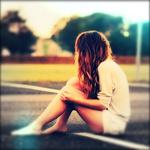 Аватар Девушка с босыми ногами сидит на асфальте