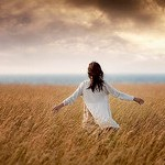 Аватар Девушка в белом платье в пшеничном поле