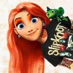 Аватар Rapunzel Hardcore / Рапунцель-рокерша с рыжими волосами, тоннелями в ушах, в татуировках и футболке Slipknot, с хамелеоном на плече