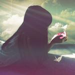 Аватар Темноволосая девочка, тускло освещенная лучами света, лежит на фоне неба и смотрит на что-то светящееся у нее в ладонях, сверху свисают белые бумажные журавлики на веревочках