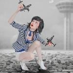 Аватар Девушка с игрушечными самолетиками в руках сидит на мостовой, фотограф Ilayda Portakaloglu