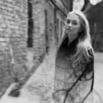 Аватар Девушка стоит на фоне домов с отражением на ней дерева, фотограф Alexey Ponomarеv