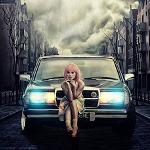 Аватар Девушка с розовыми волосами сидит на бампере автомобиля, стоящего посреди дороги