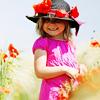 Аватар Девочка в ярко-розовом платье и черной шляпке, украшенной маками, стоит на маковом поле