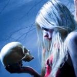 Аватар Девушка держит в руке череп