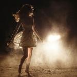 Аватар Девушка стоит на дороге