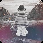 Аватар Маленькая девочка с игрушечным медведем в руке, смотрит на лес и луг покрытый первым выпавшим снегом