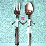 Аватар Влюбленная пара в виде вилки и ложки, держащиеся за руки и между ними сердечко на зеленом фоне